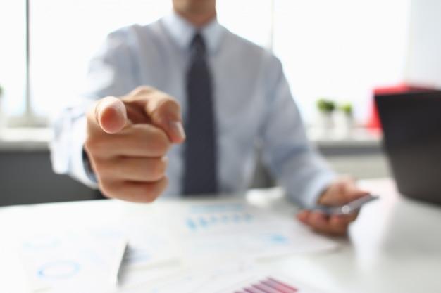 Бизнесмен указывает пальцем на кого-то