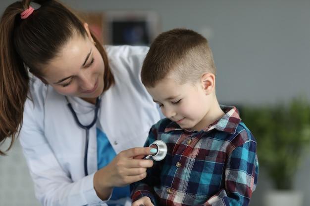 Улыбающийся маленький ребенок на доктора