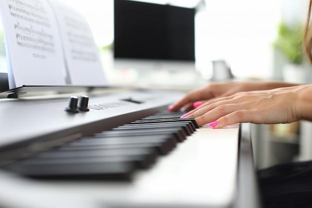 Электронный музыкальный инструмент