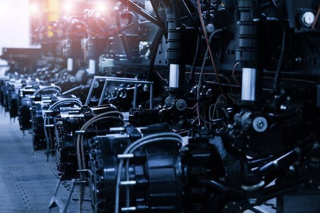 自動車冶金工場のコンベア上の重いトラクター