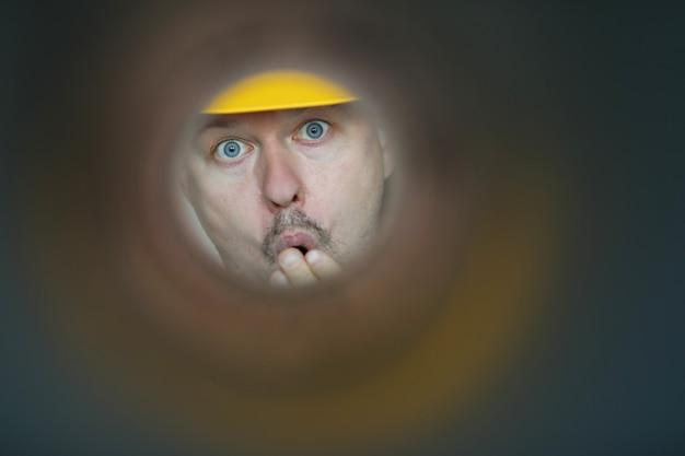 汚染されたパイプに見える男性配管工