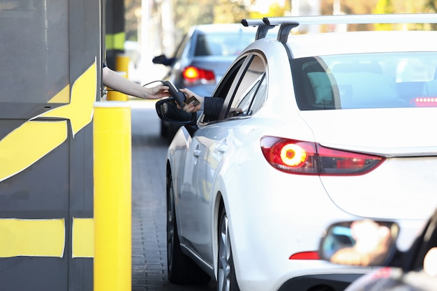車からの便利な支払いは、システムを介して駆動します。