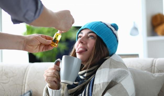 Муж добавляет в чай масляный экстракт больной жене