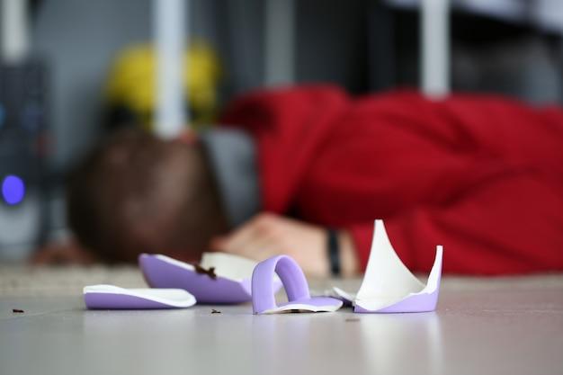 壊れたカップ犯罪シーン死体が横たわっています