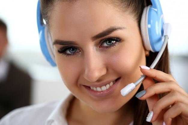 仕事でコールセンター店員を笑顔の美しいブルネット