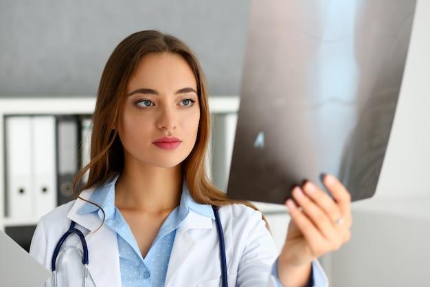 Красивая женщина-врач провести рентгенограмму