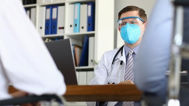 男性医師が患者を疑い深く見てウイルスの重篤な段階が疑われる