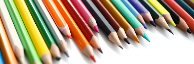 Установите цветной карандаш на стол
