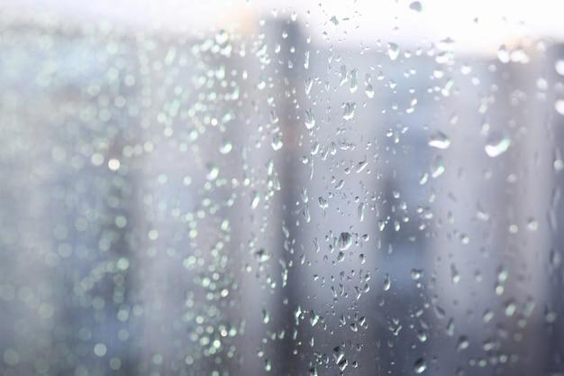 窓にクローズアップ凝縮液、ガラスに滴る
