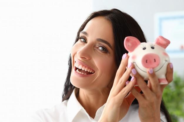 美しい女性は貯金と笑顔を示しています