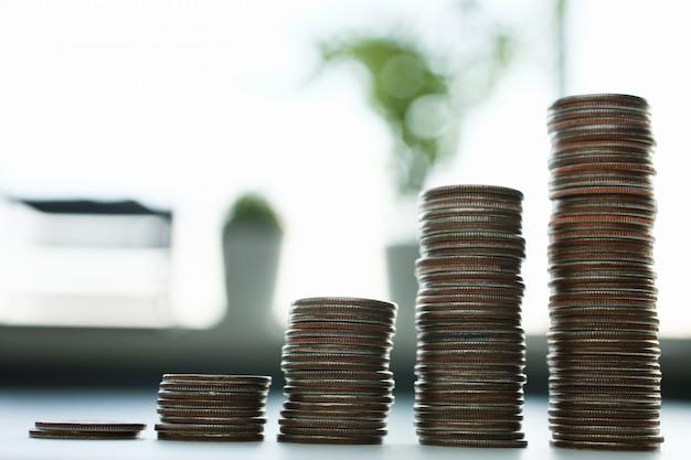 Таблица монет лежащих на столе в офисе
