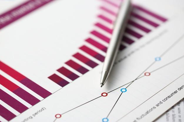 財務統計ドキュメントボールペンインフォグラフィック