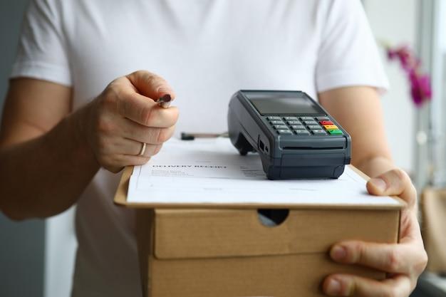 Почтальон с бумагой и ручкой
