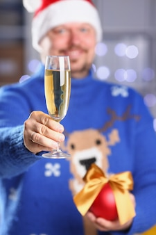 暖かい青いセーターを着ているひげを生やした笑みを浮かべて男