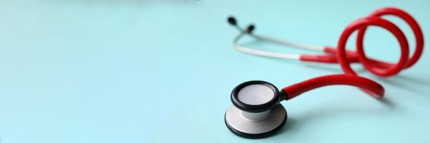 Красный доктор стетоскоп на синем фоне современных