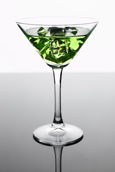 Коктейль абсент с водкой в бокале для мартини