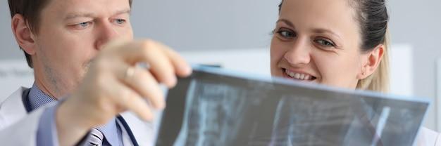 Врачи осматривают рентгеновские позвонки