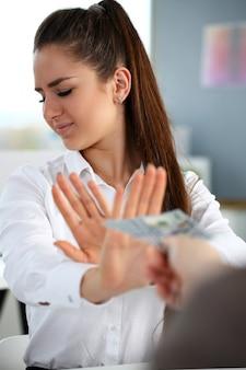 Мужская рука платит кучу стодолларовых купюр