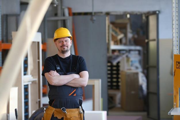 Портрет молодого привлекательного человека в рабочей одежде
