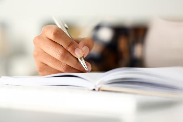 黒人女性の腕はノートに物語を書きます