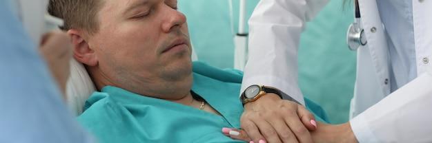 心臓マッサージをしている医師