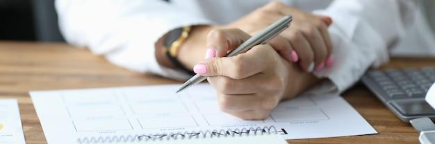 Женщина записывает в расписание
