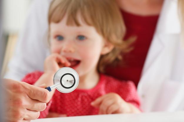 Маленький испуганный ребенок на приеме доктора