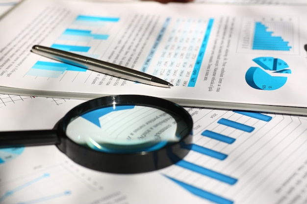 Документы финансовой статистики на столе