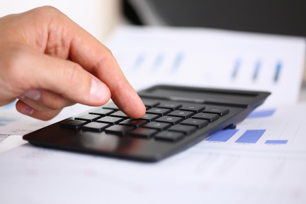 Черный калькулятор и финансовая статистика по инфографике