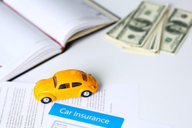 テーブルの上に横たわる保険フォーム