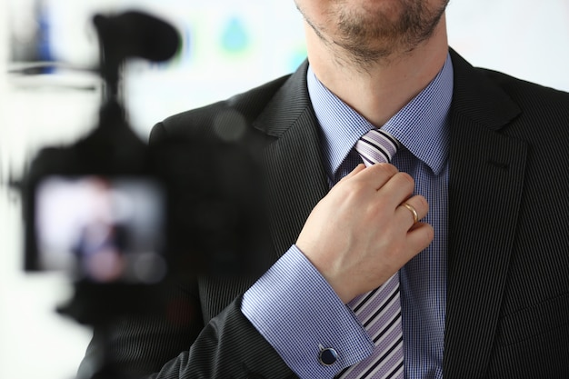 青いスーツの男性の腕にネクタイのクローズアップを設定