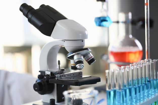 背景実験室のヘッド顕微鏡