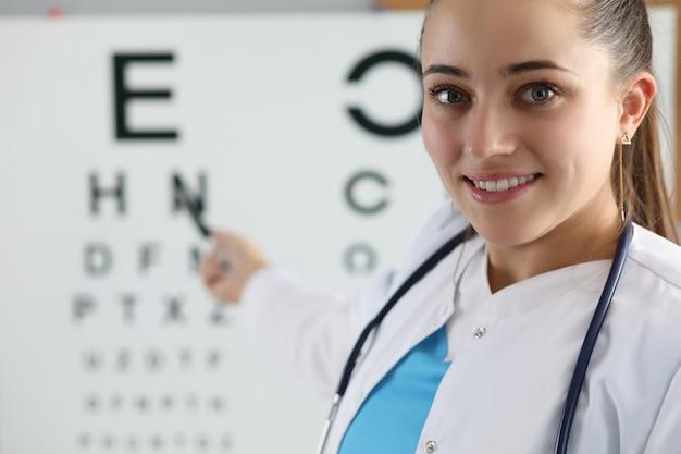 Улыбающийся веселый медицинский работник