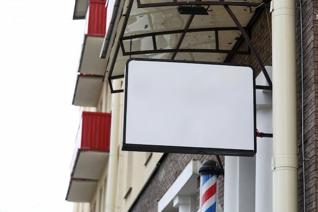 Крупным планом знак с парикмахерской. профессиональная стрижка и уход. салонный и косметический уход для мужчин. тарелка с копией пространства для текста или рекламы. рекламная концепция