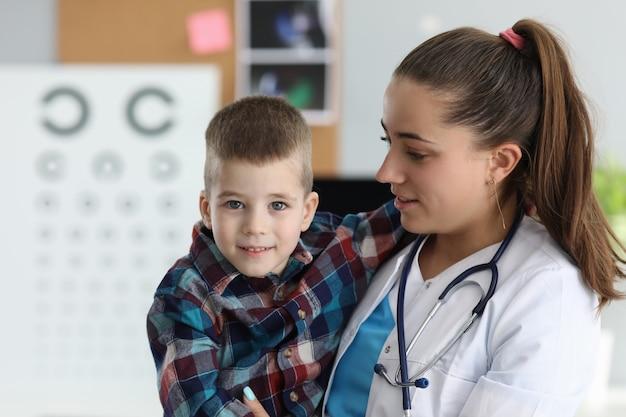 医療従事者と子供の笑顔