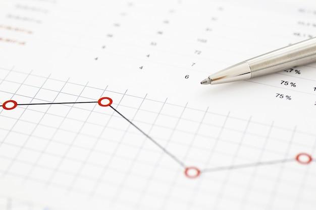 Документы финансовой статистики на буфер обмена на офисном столе крупным планом