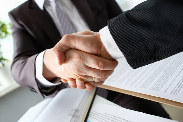 Человек в костюме пожимает руку как привет в офисе