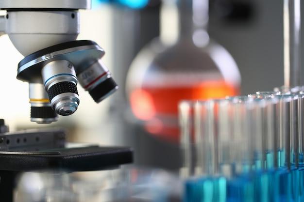 Головной микроскоп на фоне лаборатории