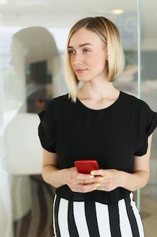 Бизнес женщина, держащая смартфон в ней