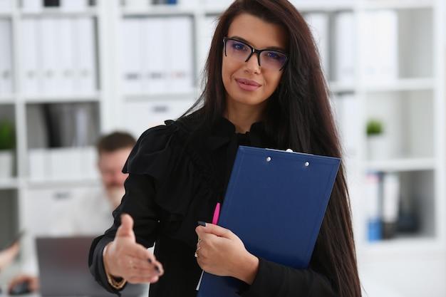 Женщина держит документ подкладку дать руку как привет
