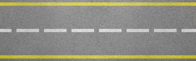 車線と制限標識のビチューメンロードのトップビュー