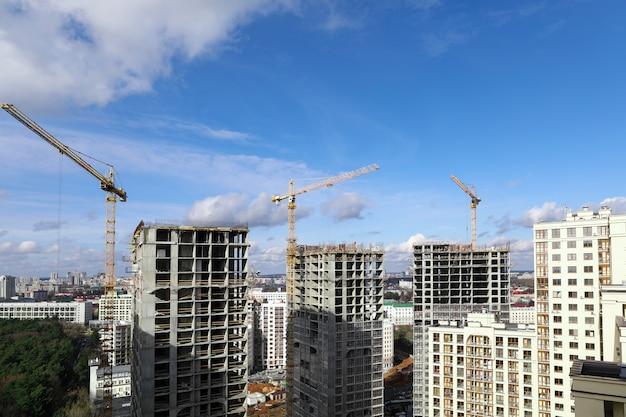 Панорама города, строительная площадка с кранами