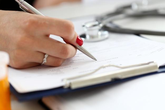 女医の手保持銀ペン