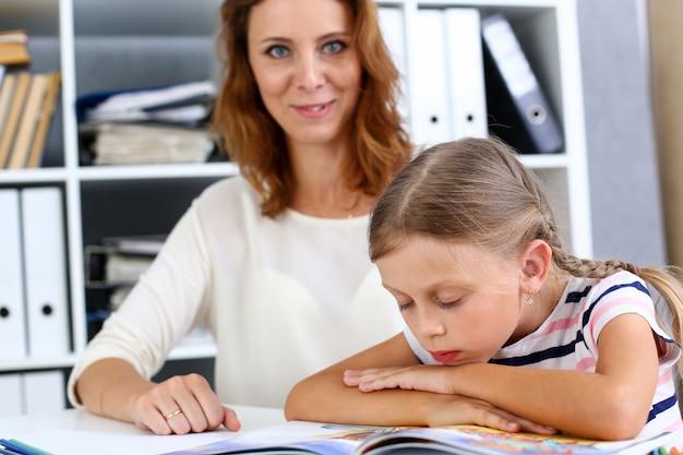 Блондинка мало читает вместе с мамой