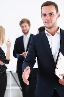 Бизнесмен предложить руку, чтобы пожать как привет крупным планом