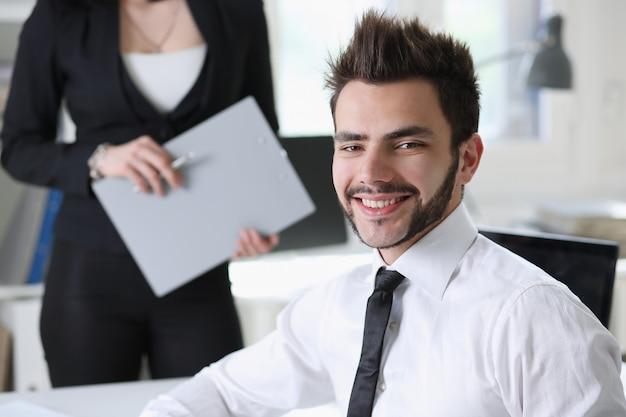 Бизнесмены работают в офисе с помощником