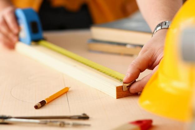 Оружие работника, измерения деревянный брусок крупным планом