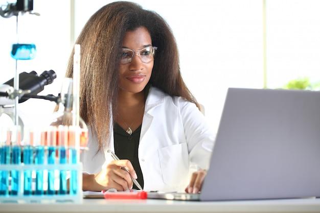 Черная студентка-химик проводит исследование