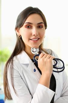 職場の肖像画で美しい笑顔の女性医師