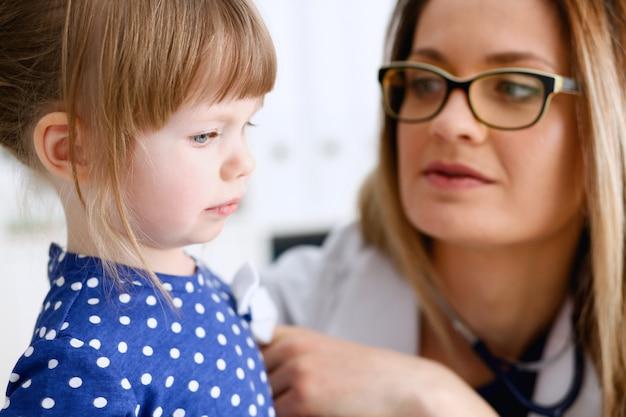 Маленький ребенок в офисе педиатра